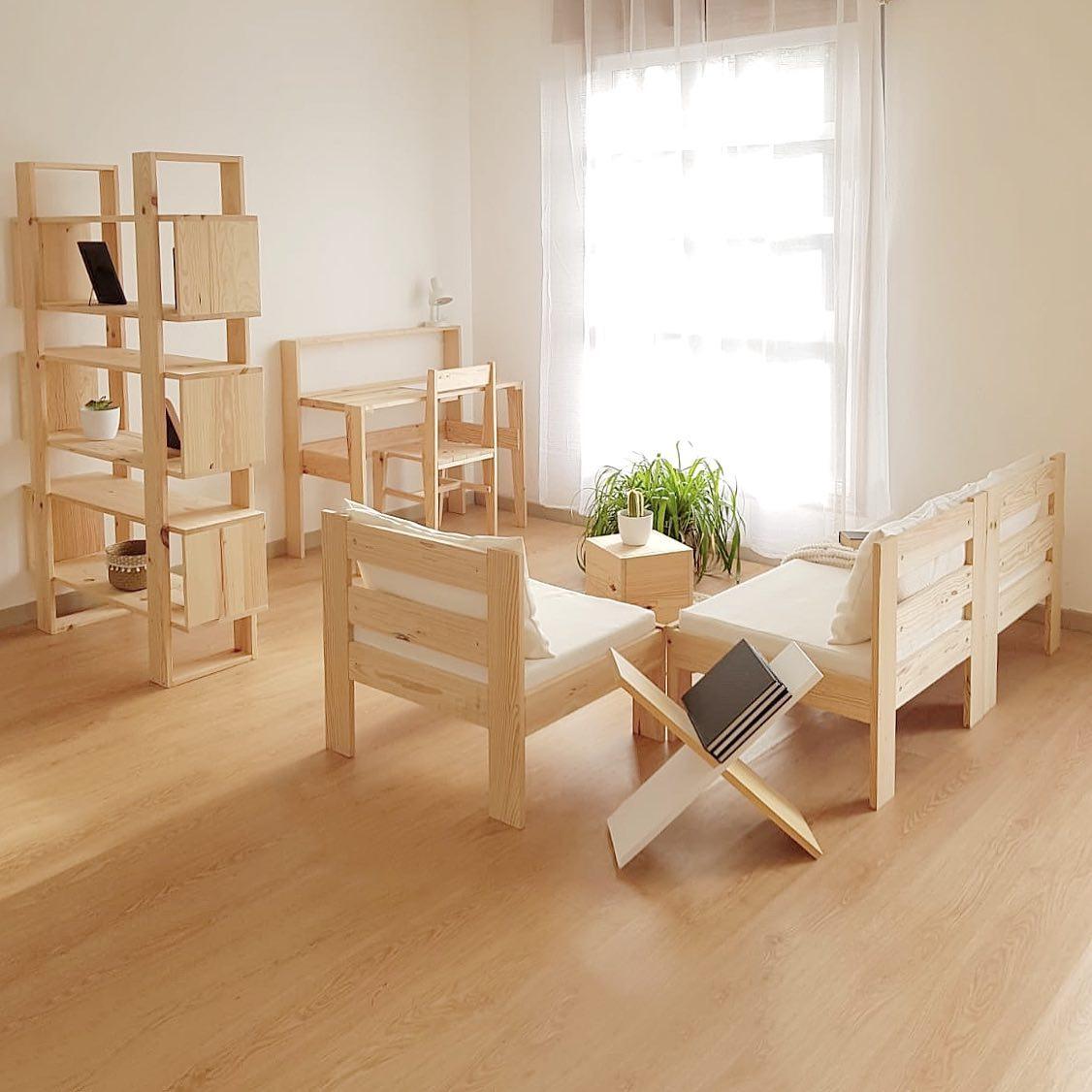 Salón utile en madera maciza de pino gallego sostenible.